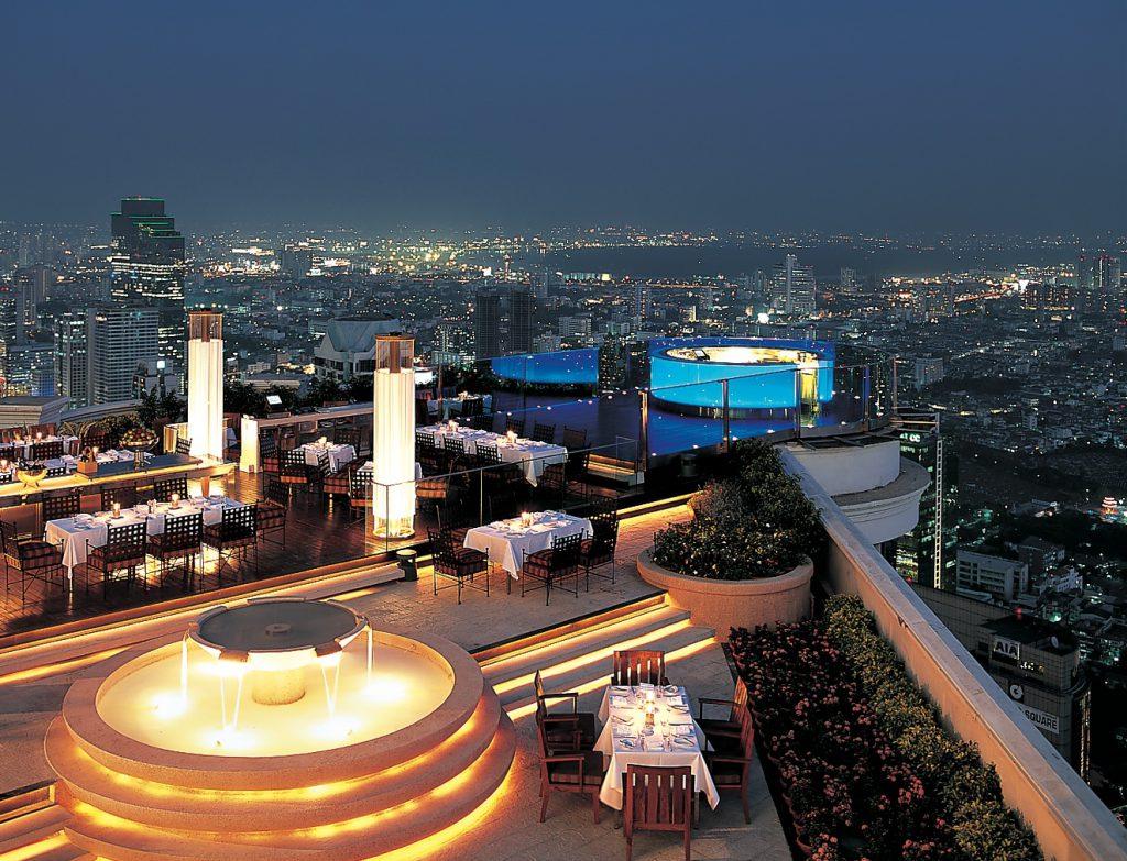 タイでのゴルフの後の1杯。バンコクのルーフトップバー「シロッコ」全景を階段から見下ろす