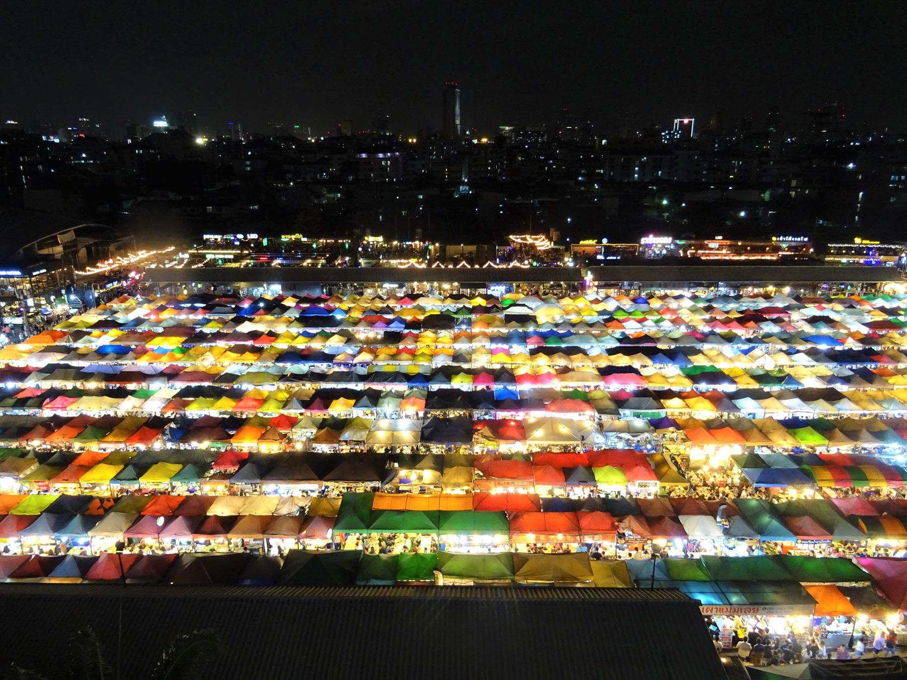 夕方からインスタ映えるバンコクの新名所「タラート・ロットファイ」!