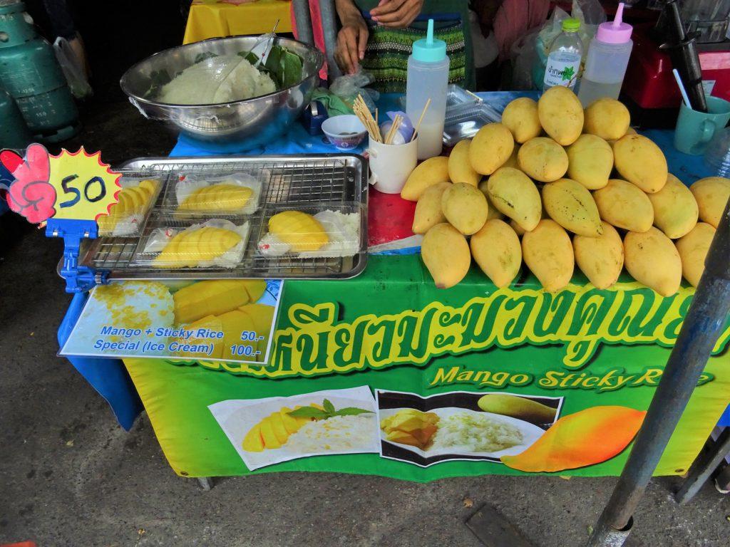 タイでのゴルフで甘いモノが食べたくなったら…タイの屋台で売られる伝統スイーツ「カオニャオ・マムアン」