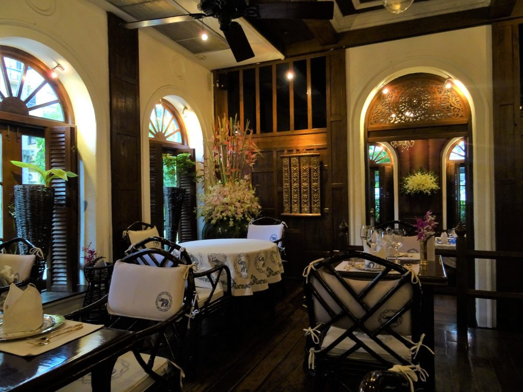 タイでのゴルフでお腹が空いたら…バンコクの高級タイ料理店「ブルーエレファント」の内装