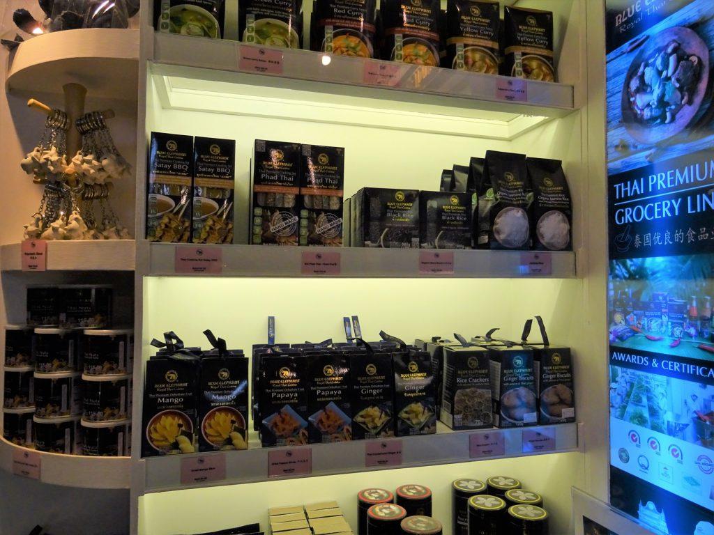 タイでのゴルフでお腹が空いたら…バンコクの高級タイ料理店「ブルーエレファント」の物販スペース