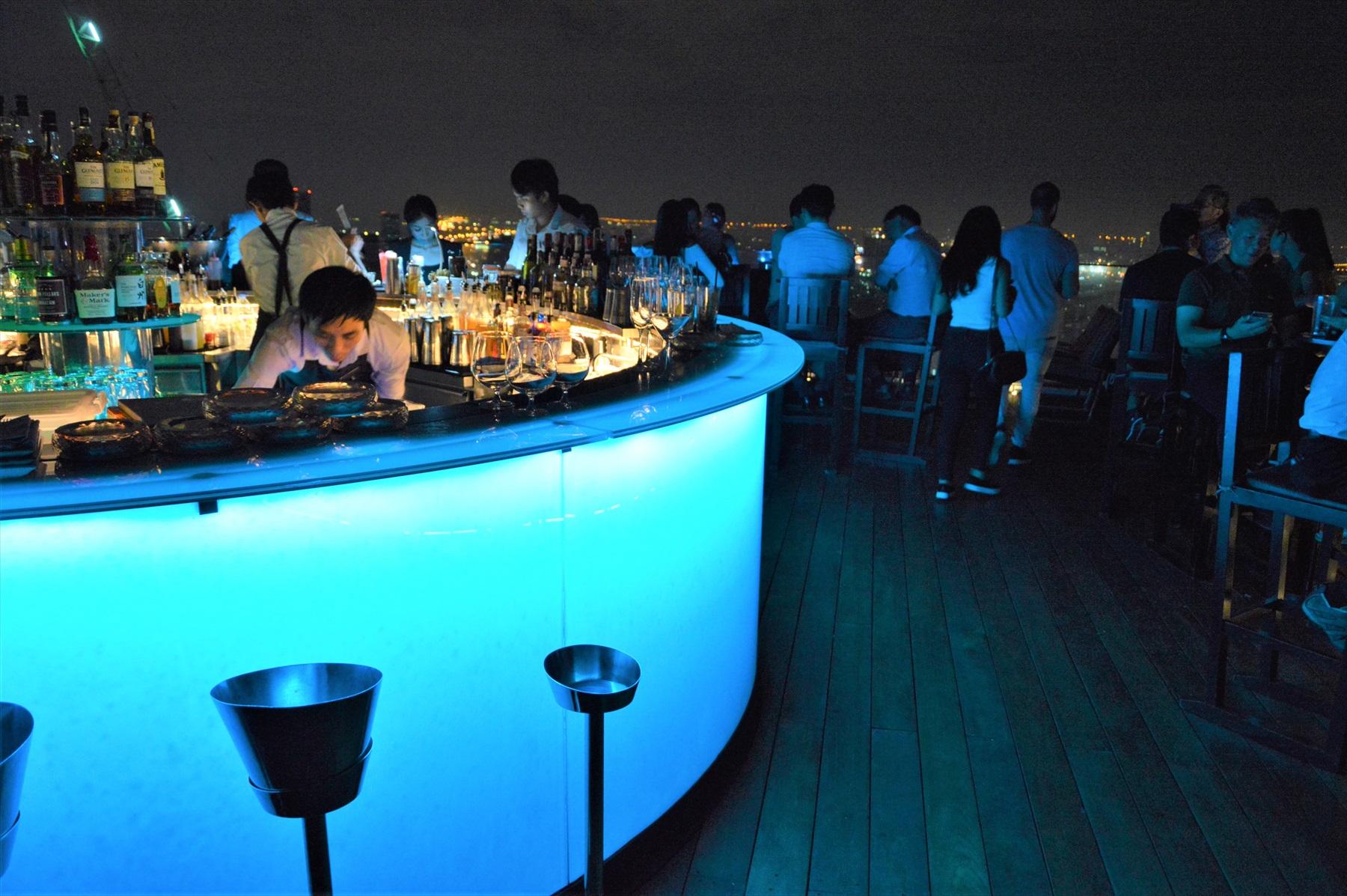 常夏のバンコクで涼風に吹かれてみたい!人気のルーフトップバー「Octave Rooftop Lounge and Bar」は漆黒の空に浮かぶ空中庭園
