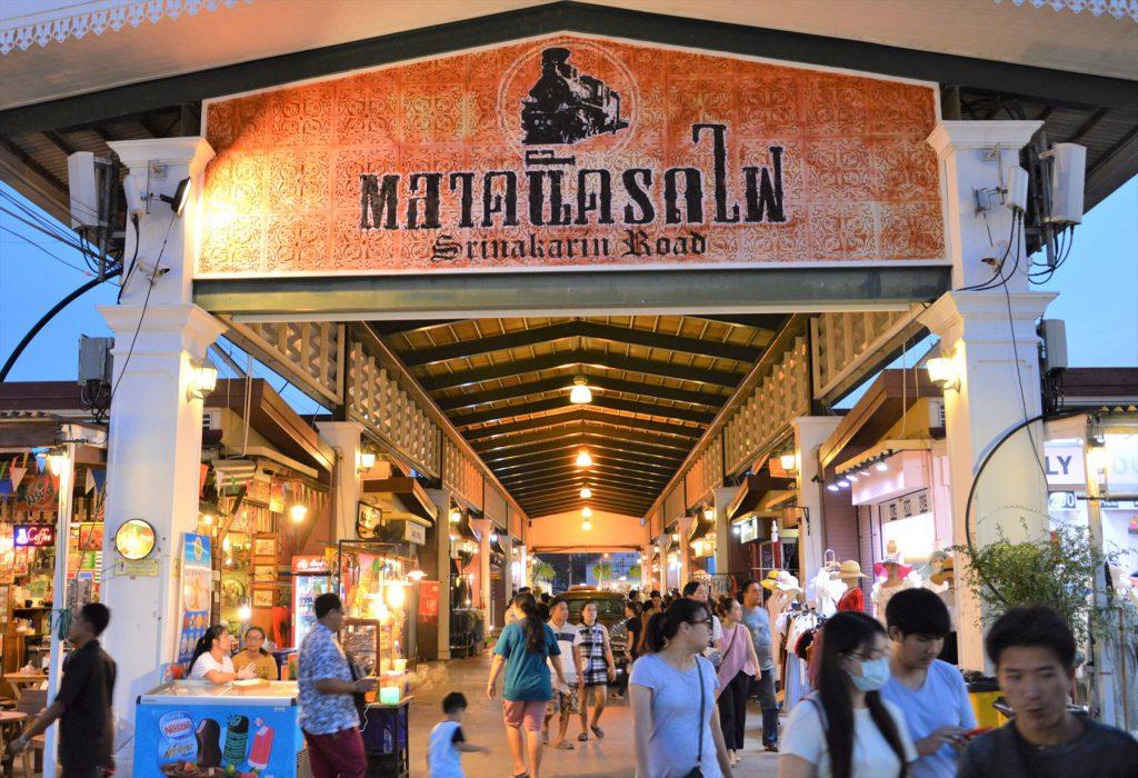 タイでのアフターゴルフの観光。バンコクのナイトバザール「タラート・ロットファイ」の入り口