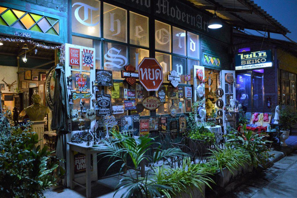 タイでのアフターゴルフの観光。バンコクのナイトバザール「タラート・ロットファイ」のアンティークショップ