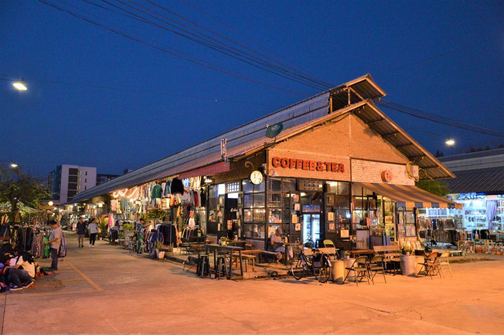タイでのアフターゴルフの観光。バンコクのナイトバザール「タラート・ロットファイ」のカフェ