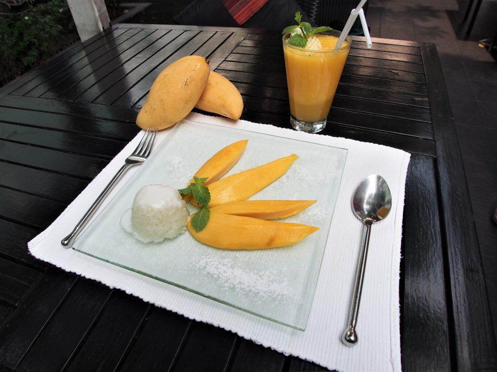 タイでのゴルフで甘いモノが食べたくなったら…タイレストラン「マンゴツリー」の「カオニャオ・マムアン」と「マンゴー・シェイク」