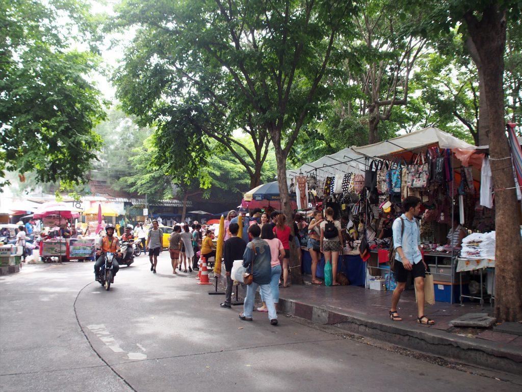 タイでのゴルフがオフの日の観光。BTSモーチット駅からチャトゥチャックマーケットの古着セクションへ