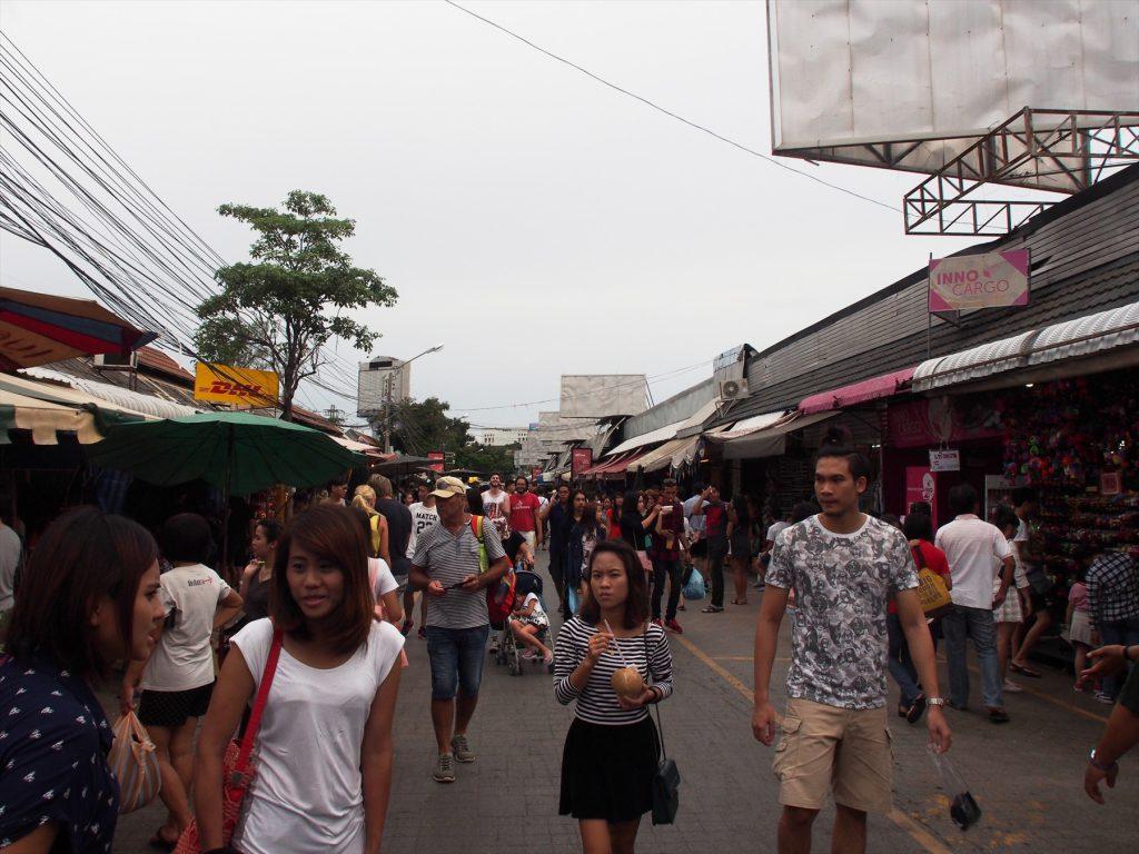 タイでのゴルフがオフの日の観光。雨期など曇りの日も案外チャトゥチャック市場訪問のベストタイミング