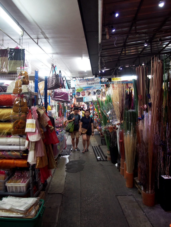 タイでのゴルフがオフの日の観光。チャトゥチャックマーケットはセクションによっては人気がなくて涼しい
