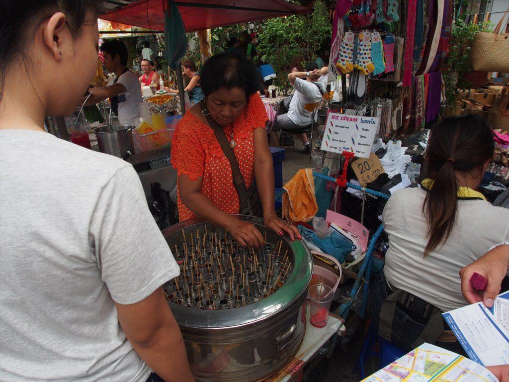 タイでのゴルフがオフの日の観光。チャトゥチャックマーケットのタイ式アイスキャンディー屋台