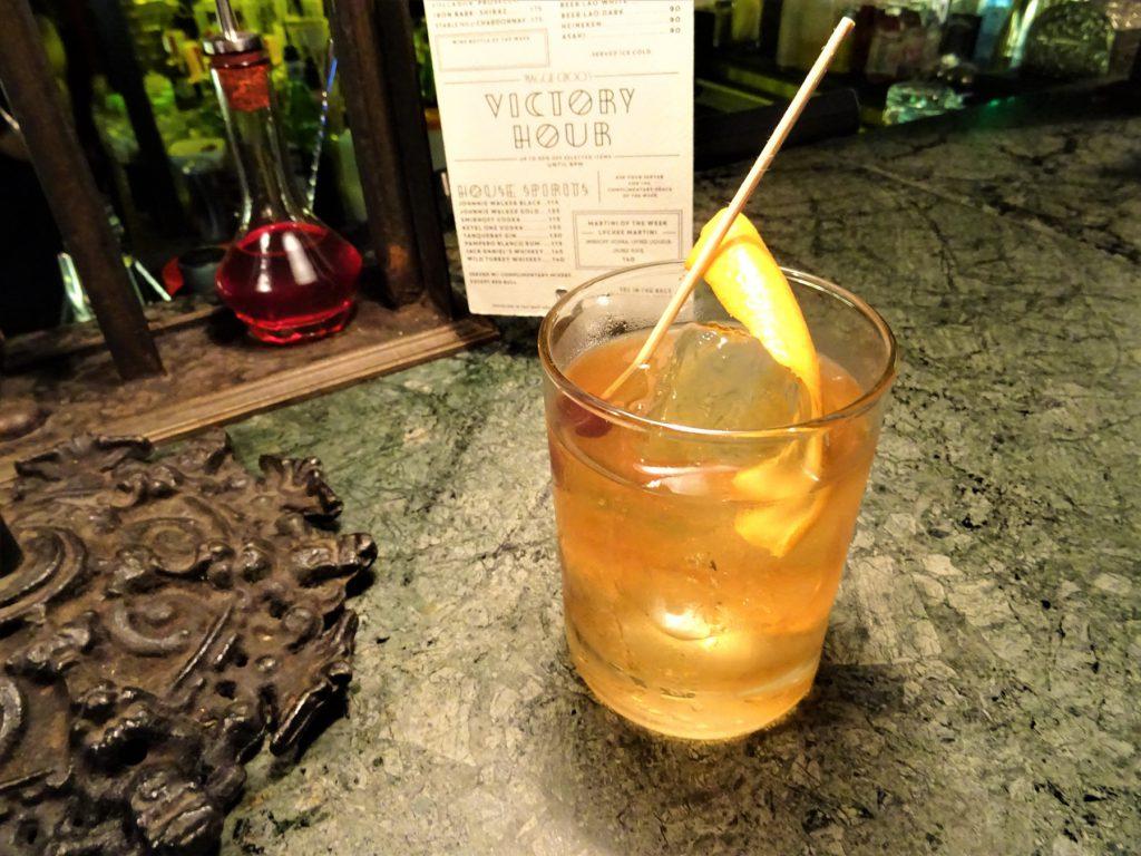 タイでのゴルフの後の1杯。バンコクのバー「マギーチューズ」の「OLD FASHION」