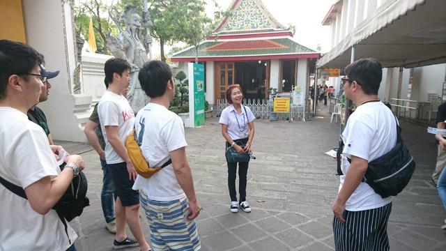 タイ観光旅行 ワット・ポーで日本語ガイドの解説を聞く