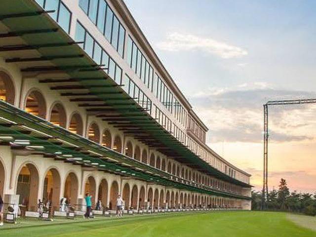 タイ、バンコクのゴルフ練習場「ポタライ・ゴルフ・イノベーション・パーク」の打席