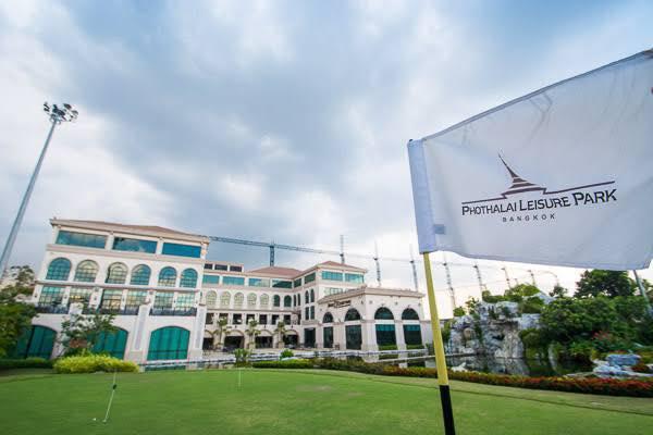 タイ、バンコクのゴルフ練習場「ポタライ・ゴルフ・イノベーション・パーク」の外観2