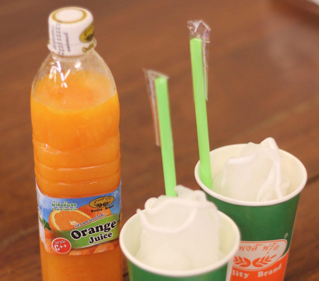 ゴルフがオフの日に家族連れで行きたい…タイ料理レストラン「ティップサマイ」の「オレンジジュース」と「ココナッツシェイク」