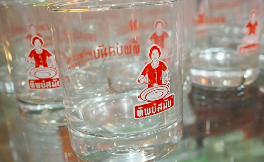 ゴルフがオフの日に家族連れで行きたい…タイ料理レストラン「ティップサマイ」のオリジナルグラス