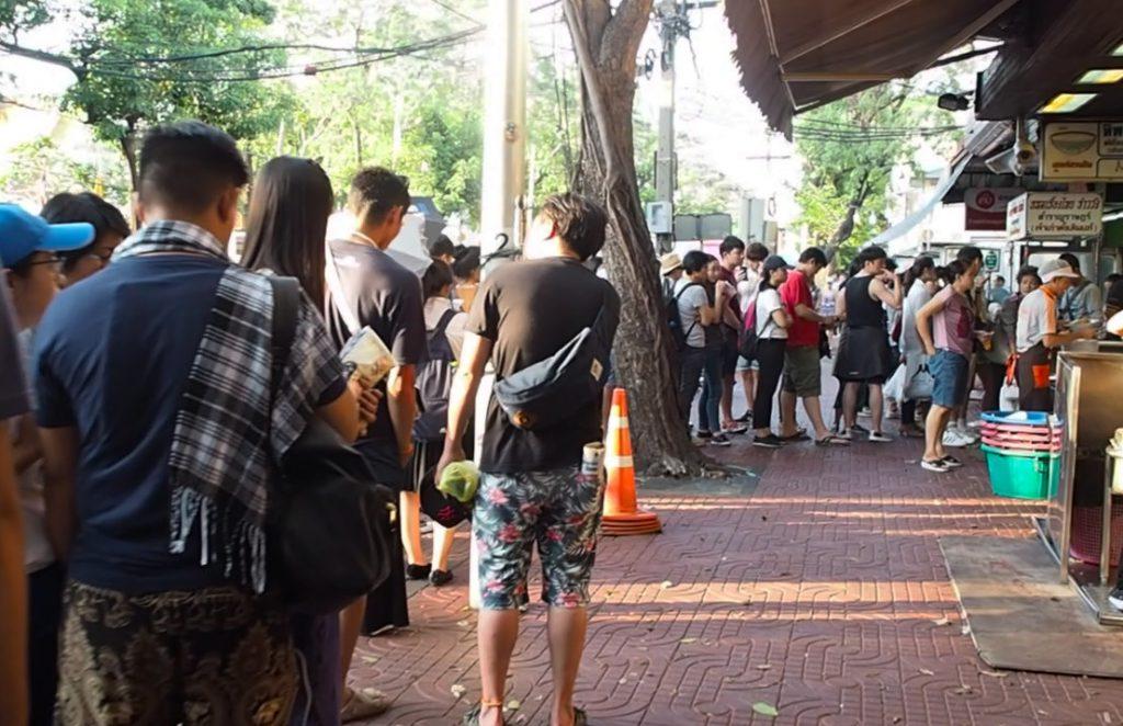 ゴルフがオフの日に家族連れで行きたい…タイ料理レストラン「ティップサマイ」に並ぶ行列