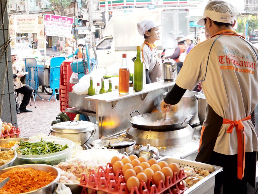 ゴルフがオフの日に家族連れで行きたい…タイ料理レストラン「ティップサマイ」の調理場