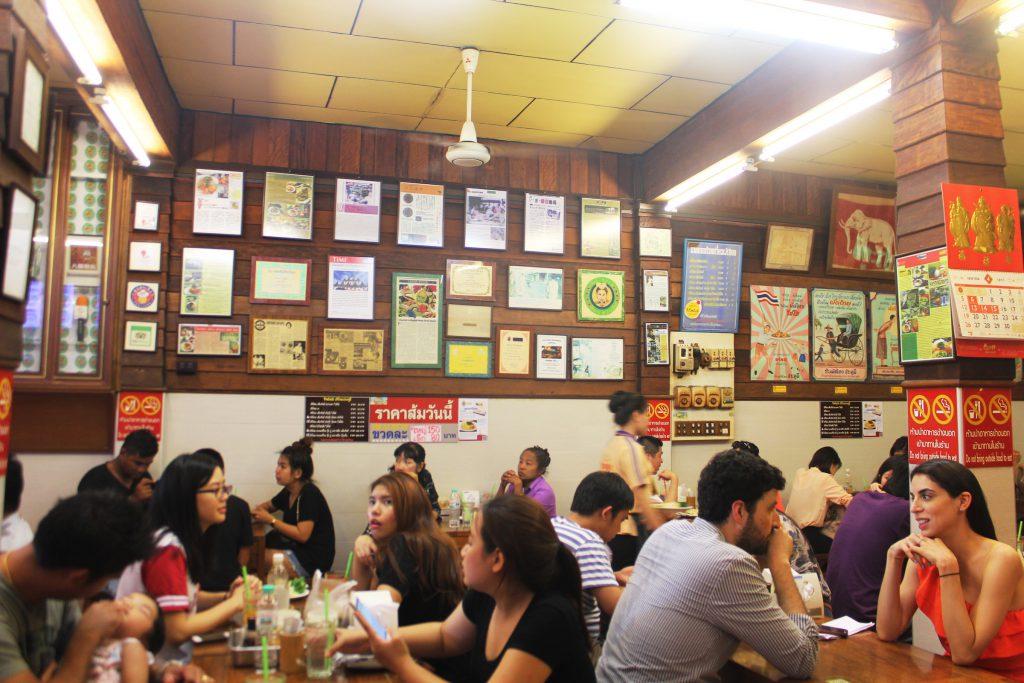 ゴルフがオフの日に家族連れで行きたい…タイ料理レストラン「ティップサマイ」の店内に掲示された記事