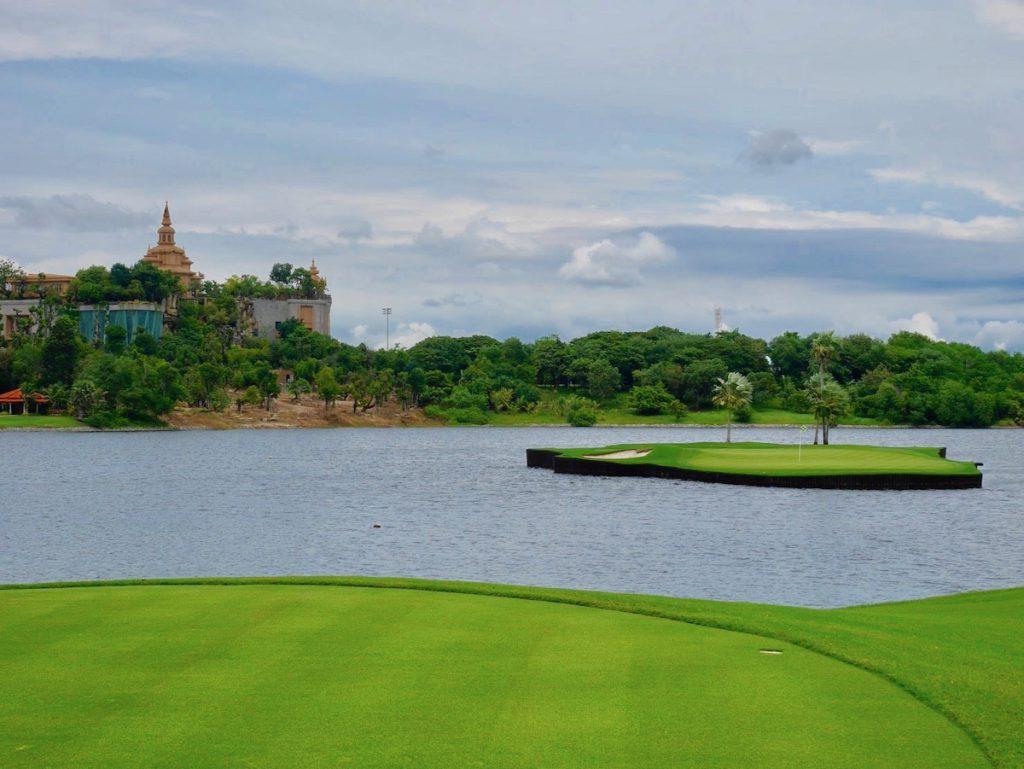 タイ、バンコクのゴルフ場「アマタスプリングス」の浮島