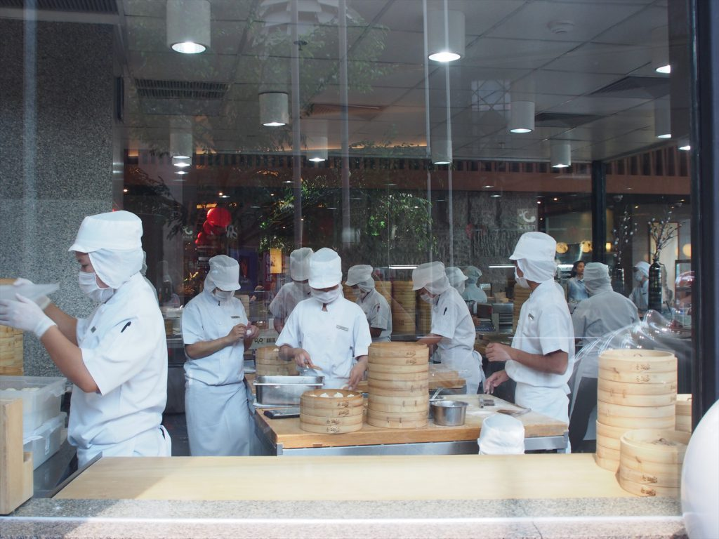 タイ、バンコクにある中華料理店、鼎泰豊(ディンタイフォン)の厨房