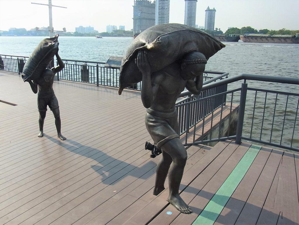 タイ、バンコクのリバーサイドにあるナイトバザール「アジアティーク」の河辺の銅像