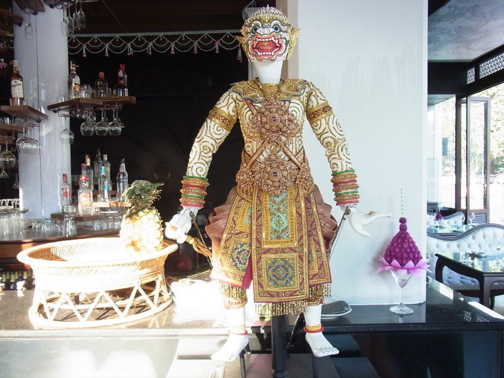 タイ、バンコクのリバーサイドにあるナイトバザール「アジアティーク」内にあるタイ料理店「ジョールイス」で飾られている人形