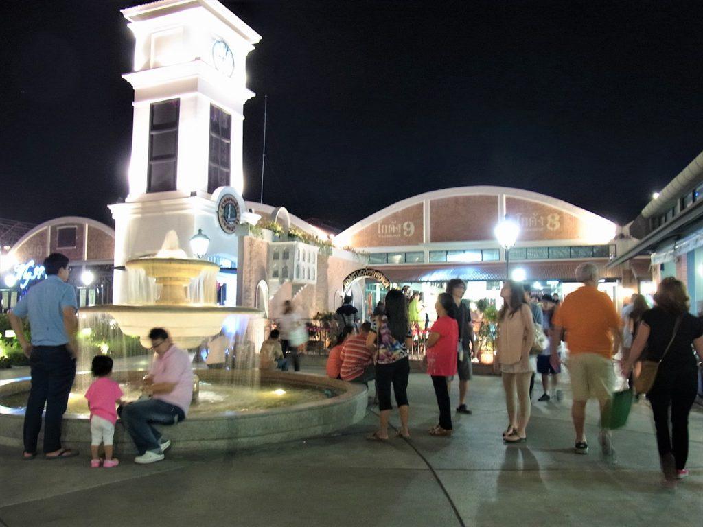 タイ、バンコクのリバーサイドにあるナイトバザール「アジアティーク」の倉庫街
