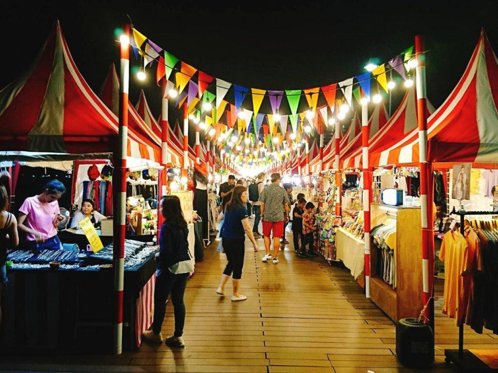 タイ、バンコクのリバーサイドにあるナイトバザール「アジアティーク」のテント屋台
