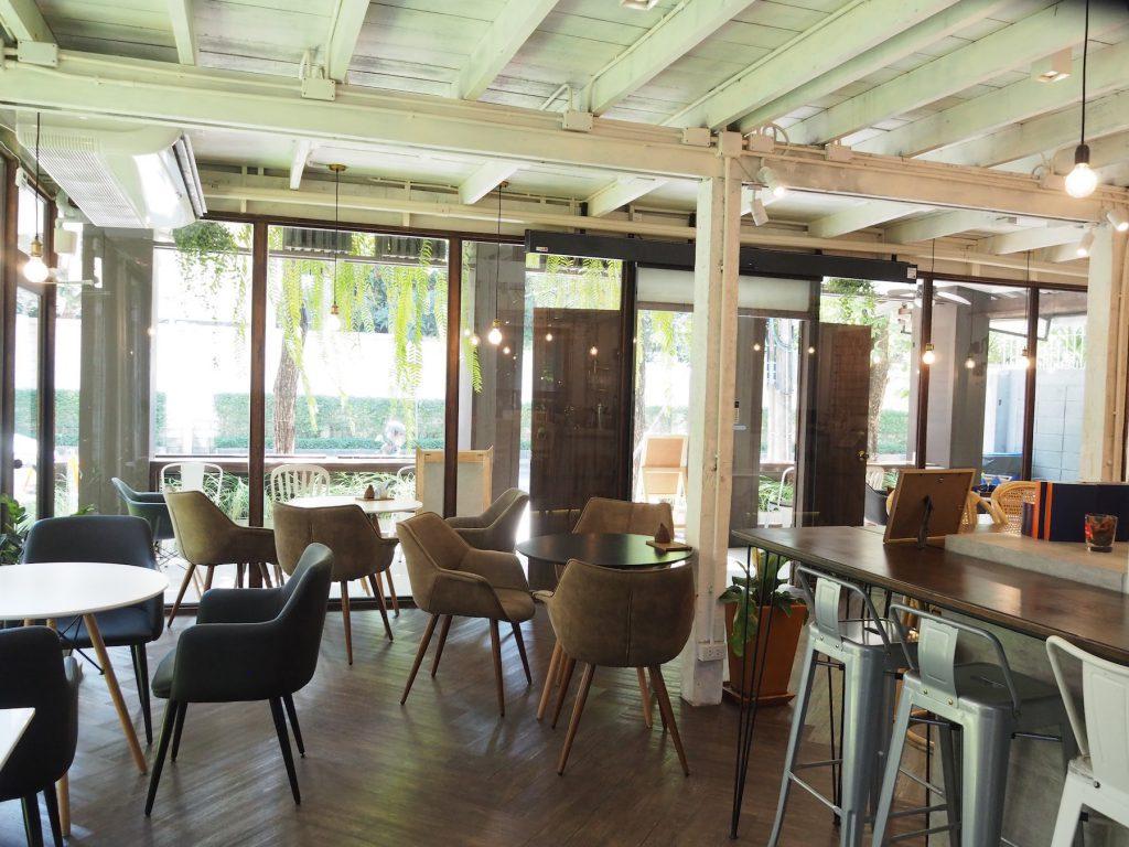 タイ産カカオ専門カフェ「KAD KOKOA」のカフェスペース内観