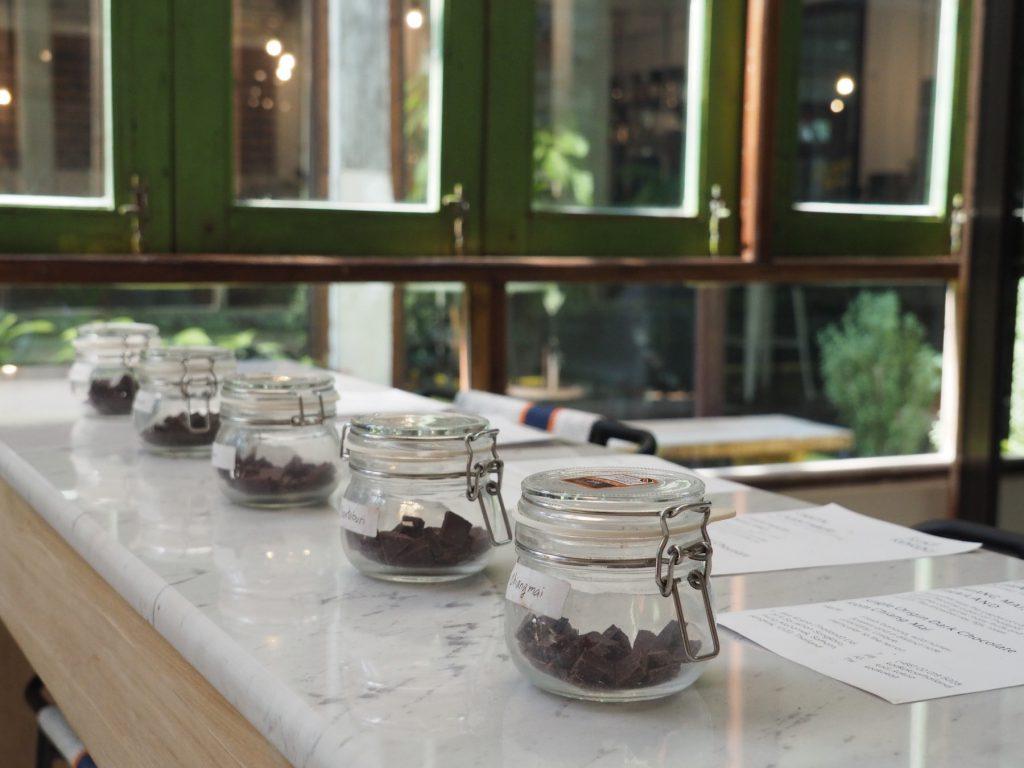 タイ産カカオ専門カフェ「KAD KOKOA」ミニファクトリー横のギフトショップでは試食OK