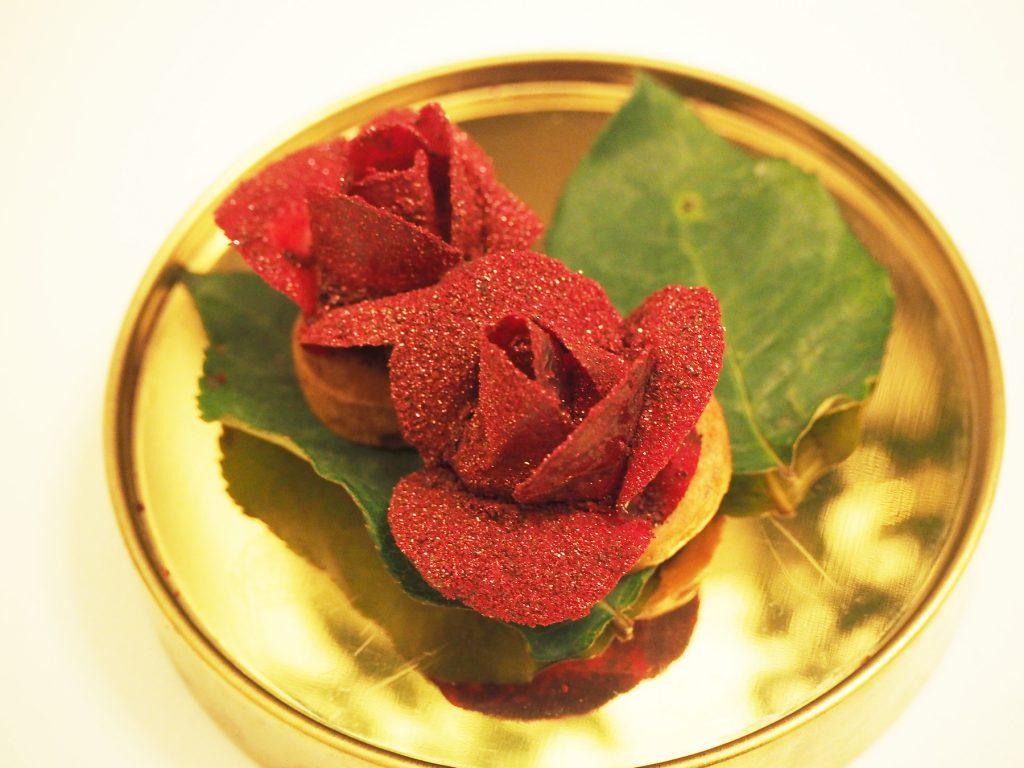 バンコクのインド料理レストラン「ガガン」のデザート。ビーツで作られたバラの花
