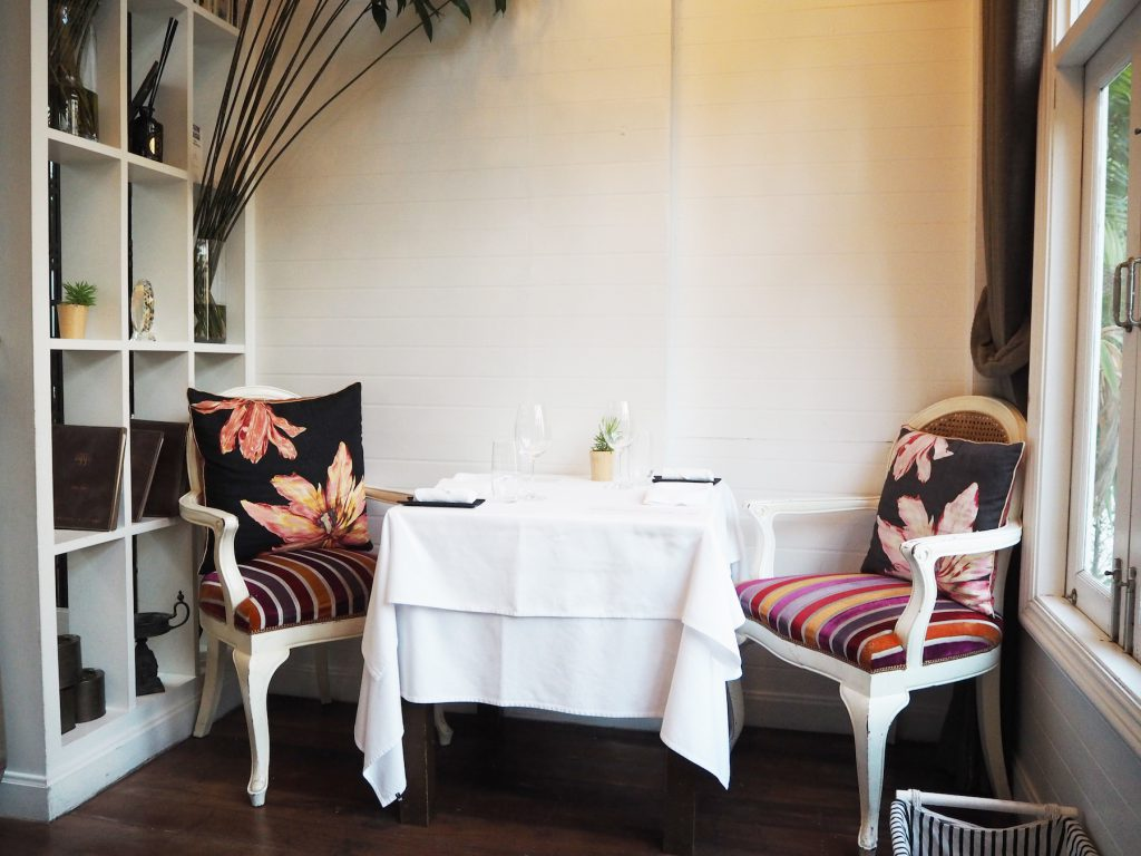 バンコクのインド料理レストラン「ガガン」の内装。コロニアル風なインテリア。