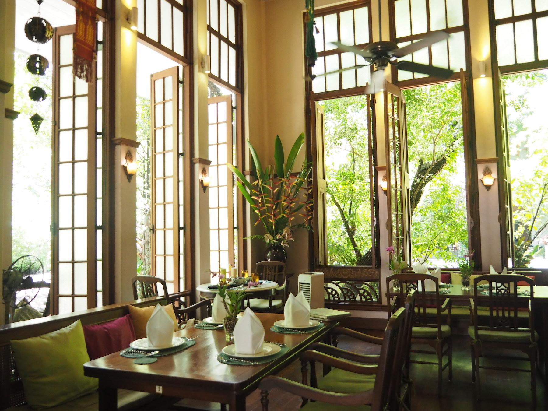 築77年のエレガントなヴィラに併設のベジタリアンレストラン「ナーアルーン」