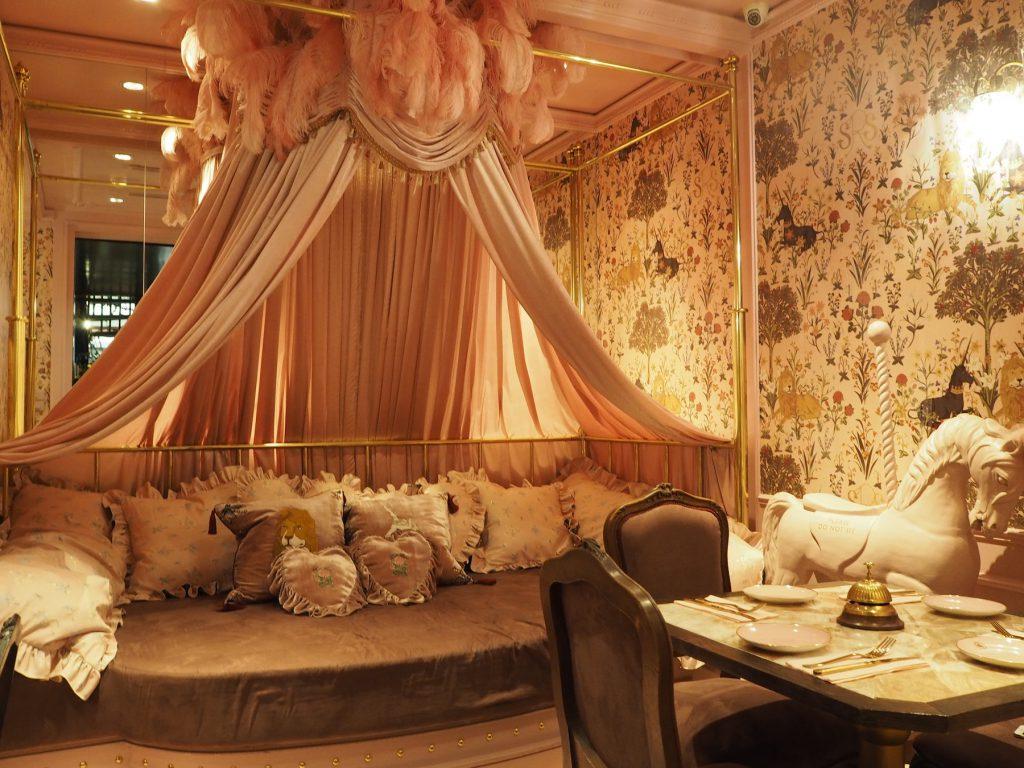 タイの人気ファッションブランド「SRETSIS」が手がけるカフェ「スレトシスパーラー」のプライベートルーム