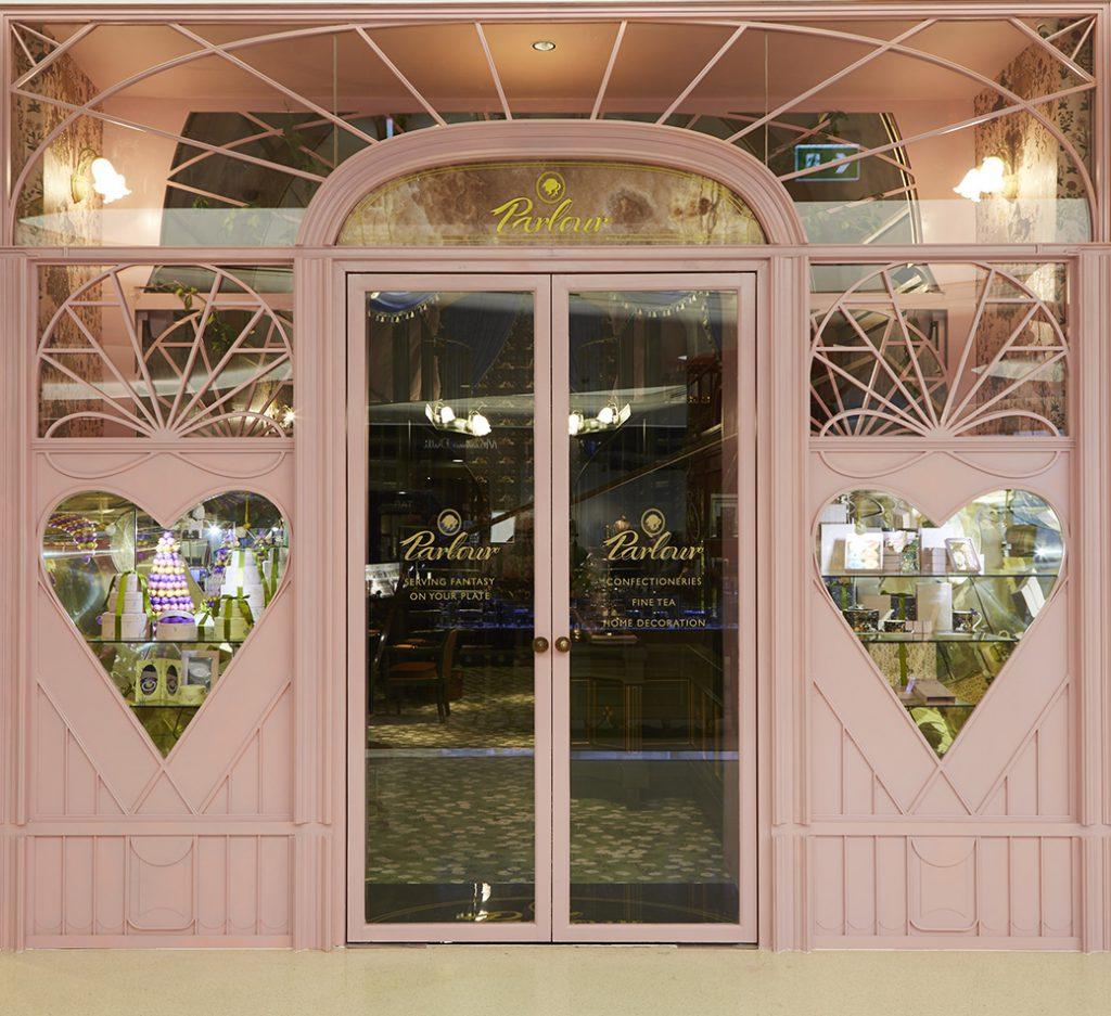 タイの人気ファッションブランド「SRETSIS」が手がけるカフェ「スレトシスパーラー」の入り口ドア