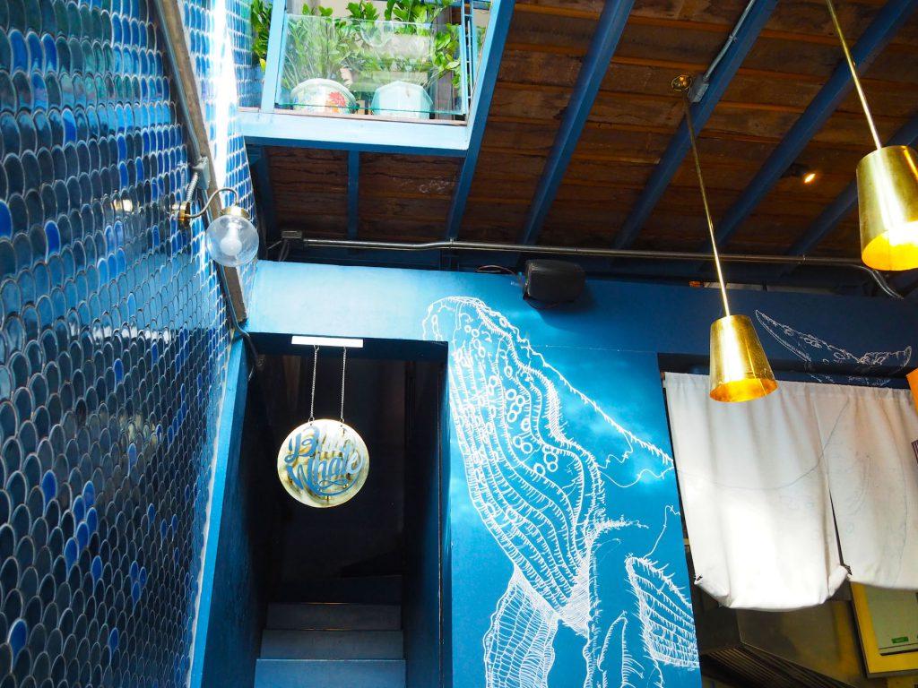 バンコクのカフェ「Blue Whale Maharaj」の1階部分