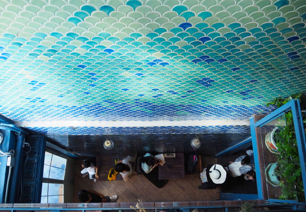 バンコクのカフェ「Blue Whale Maharaj」の吹き抜け