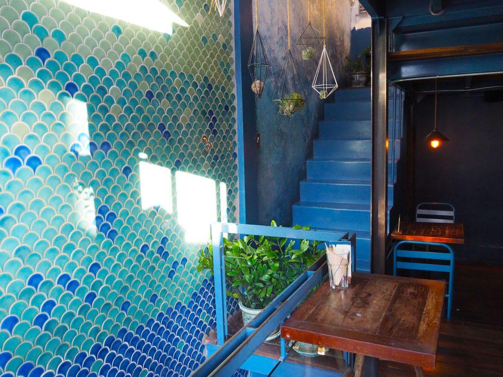 バンコクのカフェ「Blue Whale Maharaj」の2階部分