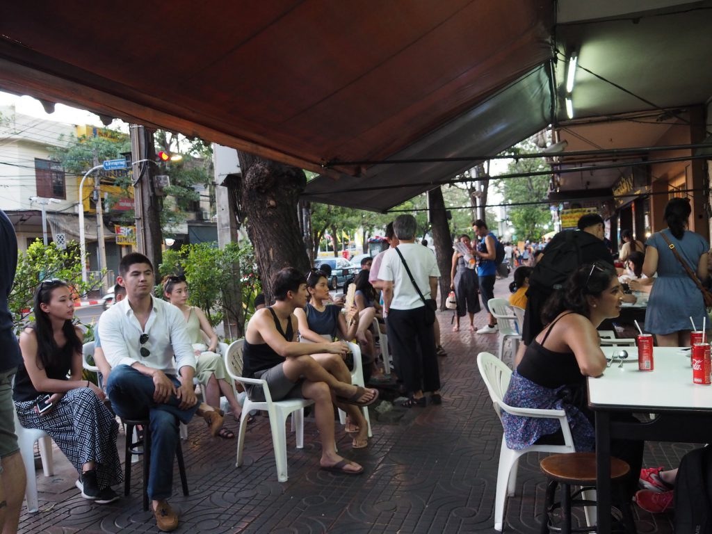 バンコクのローカルシーフード食堂「ジェイ・ファイ」への入店待ちをするお客さん