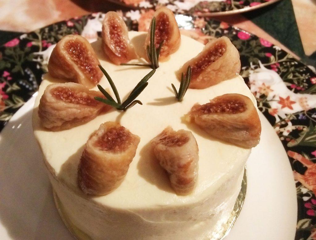 タイの人気ファッションブランド「SRETSIS」が手がけるカフェ「スレトシスパーラー」のイチジクのサンドイッチケーキ