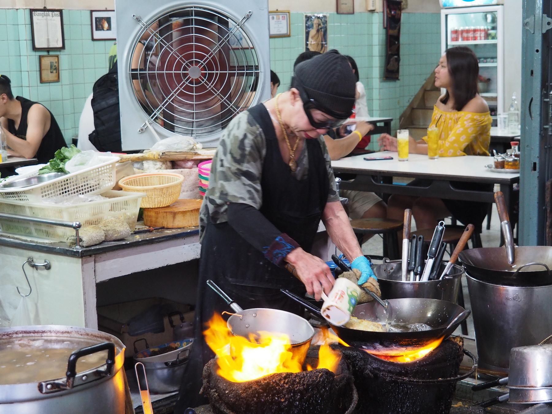 名物はジェイファイおばさんが作るカニオムレツ!タイのミシュラン星付きローカル食堂「ジェイ・ファイ」