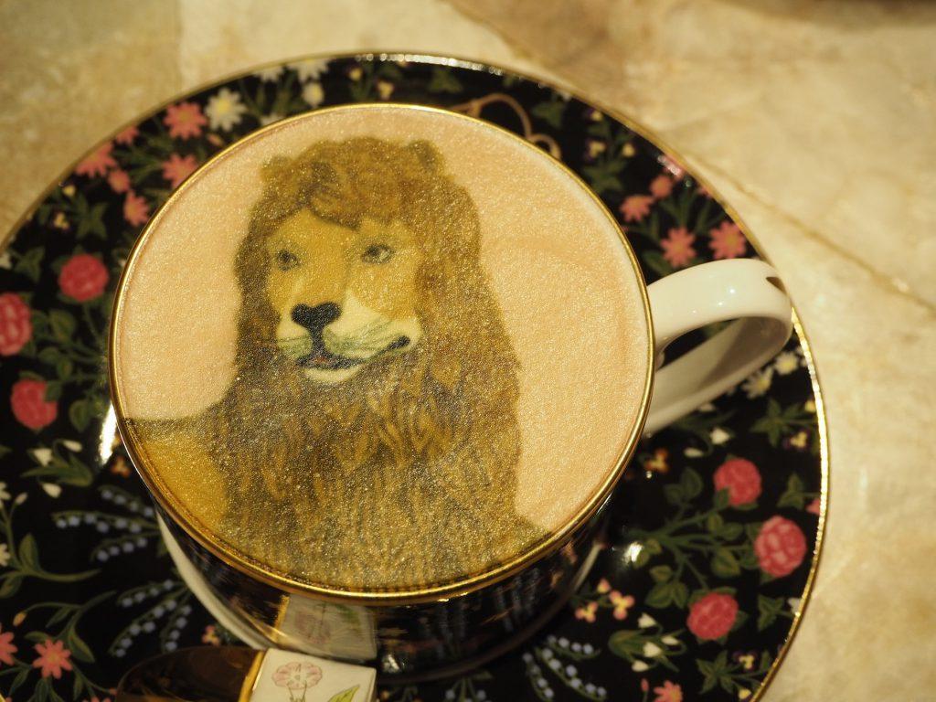 タイの人気ファッションブランド「SRETSIS」が手がけるカフェ「スレトシスパーラー」の「マジックラテ」(ライオン)