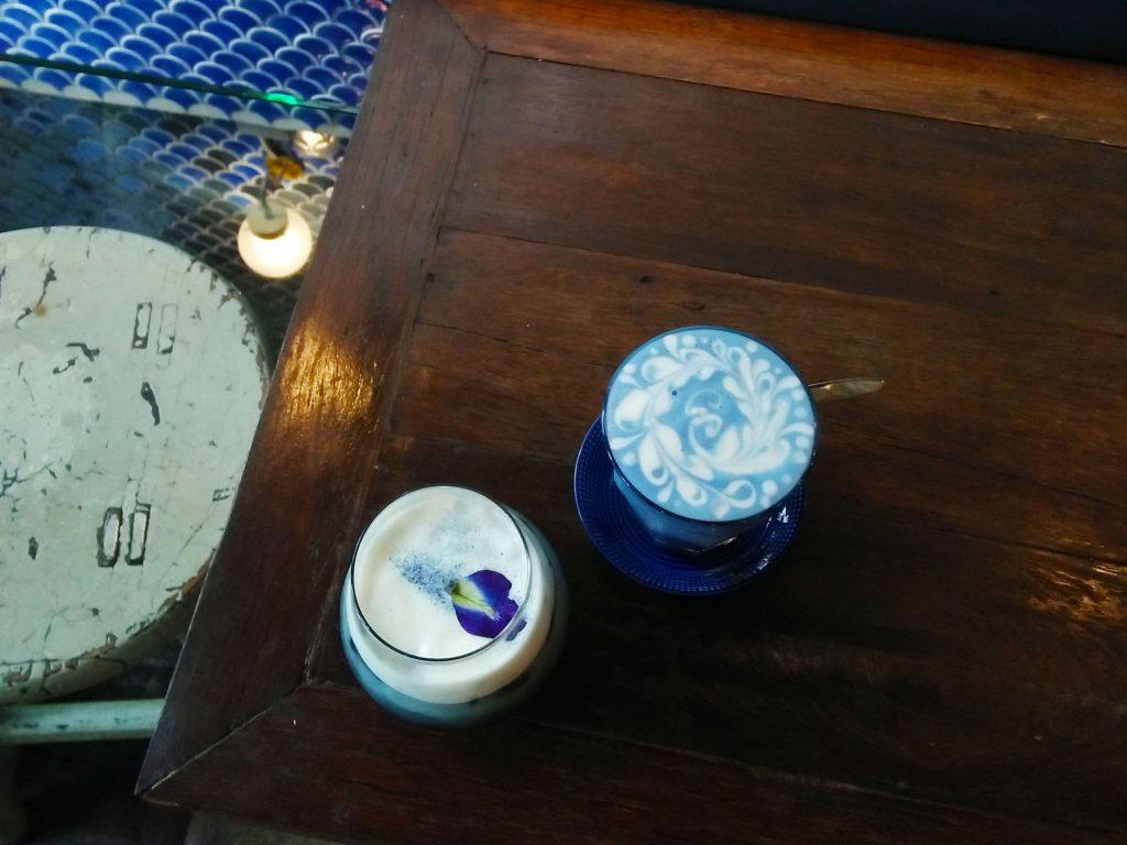 バンコクのカフェ「Blue Whale Maharaj」の「ホットバタフライピーラテ」と「コールドブリューコーヒー」