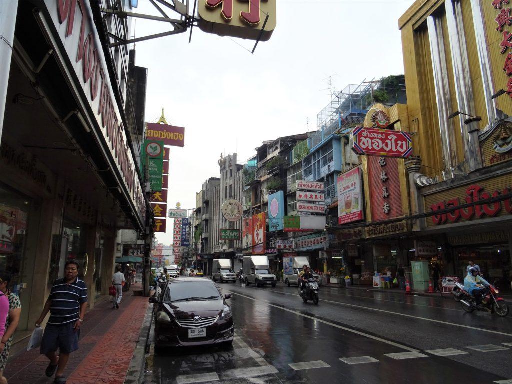 バンコクの中華街「ヤワラー(ヤワラート)」。他国の中華街と比べて漢字が少なめ。
