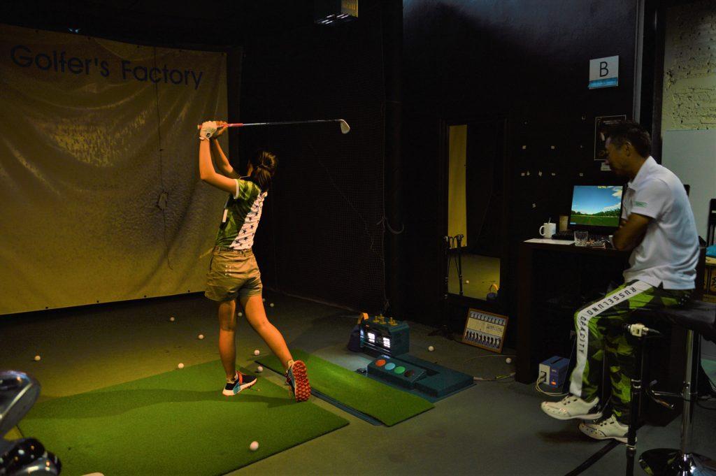 練習に来た立松里奈さんを指導する「ZEN Golfer's Factory」の中村プロ。