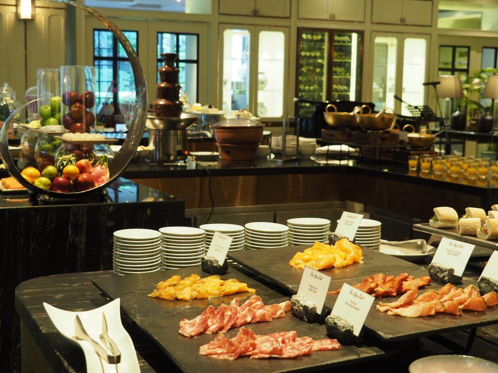 バンコクのホテルビュッフェ「レインツリーカフェ」のスライスハムテーブル