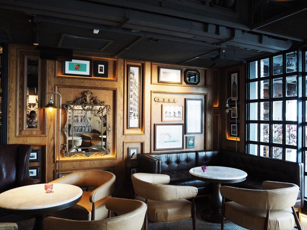 バンコクのルーフトップバー「ベルガ・ルーフトップバー&ブラッスリー」のシックな屋内席