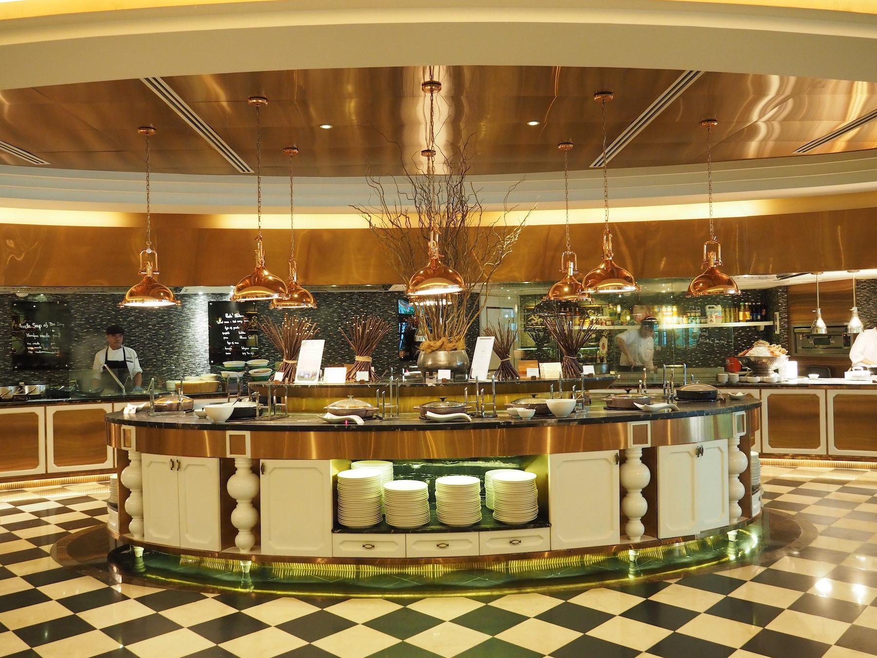 ラグジュアリーな5つ星ホテルのゴージャスなオールデイダイニング「レインツリーカフェ」