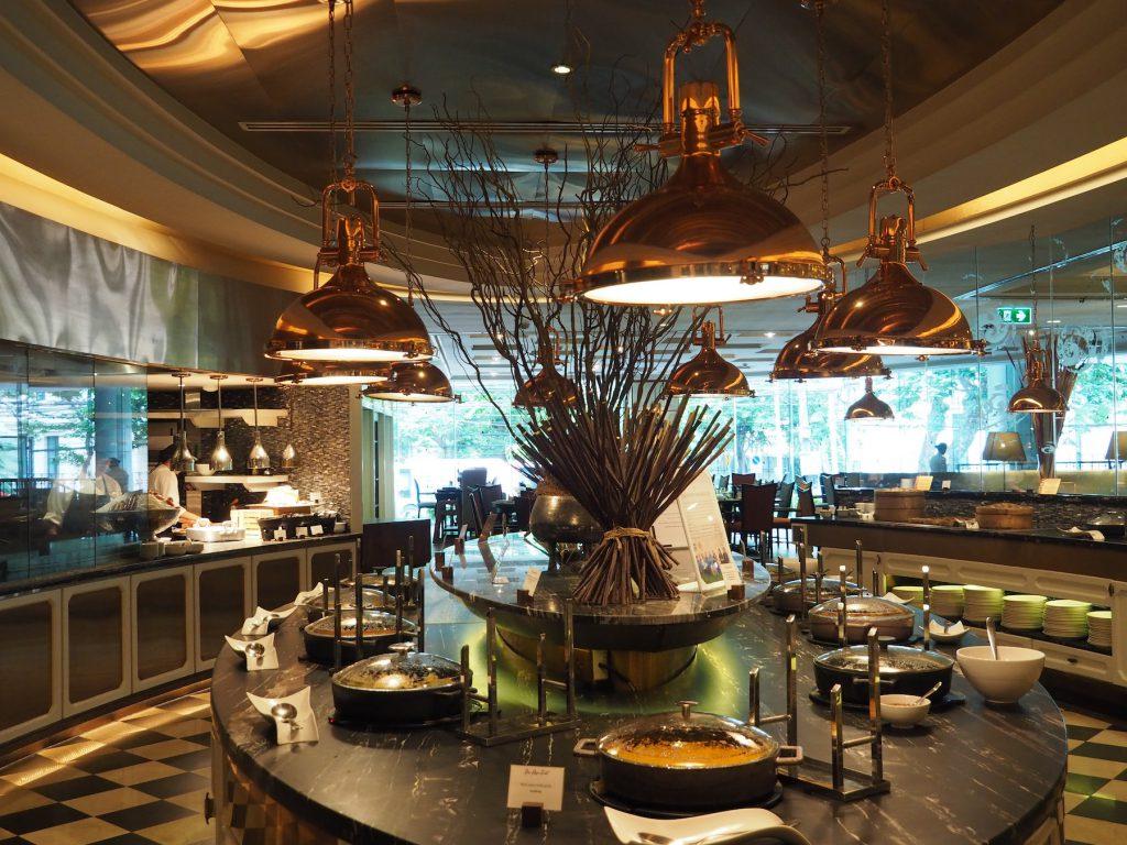 バンコクのホテルビュッフェ「レインツリーカフェ」のラウンドテーブル